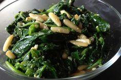 Spinat aus der Packung? Von wegen! In der Pfanne geschwenkt mit Knoblauch und Pinienkernen wird frischer Spinat erst richtig lecker. Unbedingt ausprobieren!