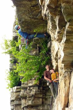 www.boulderingonline.pl Rock climbing and bouldering pictures and news Reaching thru the ro