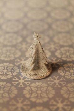 Hopean hohtoinen koristekuusi on nopeatekoinen koriste. Materiaalit ja tarvikkeet - polystyreeni pakkausalusta - piirrett...