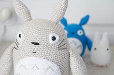 The Totoro family. ♥ Original pattern here http://lucyravenscar.blogspot.fr/2012/04/all-totoros.html