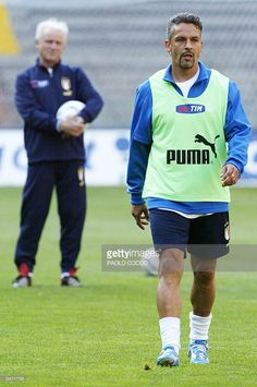 Italy's forward Roberto Baggio (R) walks in the pitch as coach Giovanni Trapattoni looks at him during a training session at Luigi Ferraris stadium in Genoa 27 April 2004. Italy will play Spain in a friendly soccer match on 28 April.
