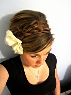 This would be cute bridesmaid hair! I don't know if I could do it with my short hair...