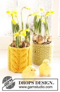 """Knitted DROPS flowerpot Easter decoration with cable pattern or seed st in """"Eskimo""""."""