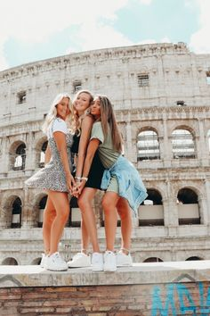 third pic is us after we checked how many euros we have left. Photo Best Friends, Best Friends Shoot, Best Friend Poses, Cute Friends, Bff Poses, Cute Poses, Sibling Poses, Newborn Poses, Cute Friend Pictures