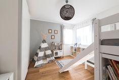 Kinderzimmer mit viel Stauraum, modernen Möbeln und einzigartigen Design im HARTL HAUS Kundenhaus Modern, Loft, Kids Rugs, Furniture, Design, Home Decor, Closet Storage, Trendy Tree, Decoration Home