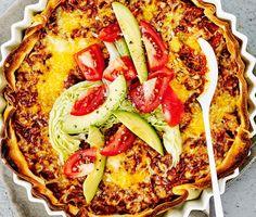 För er som gillar tacos är här en riktigt smaskig tacopaj att bjuda på till middag. Perfekt vardagsmat som är enkel att tillaga. Pajdegen förgräddas i ugnen innan den fylls med tacokryddad färs. Toppa med ost innan den gräddas klart för en äkta tacokänsla. Servera med avokado och krispiga grönsaker.