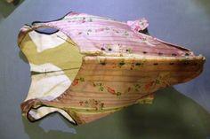 Corps à baleine en lampas, vers 1760. Lampas pékin lancé et liseré à rivières