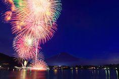 富士山を背景とする河口湖花火大会(山梨・夏)