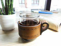 funda-taza de cuero, hecha a mano. Handcrafted leather mug wrap