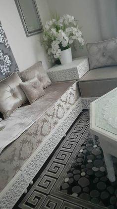 Salon blanc et beige White and beige living room Moroccan Decor Living Room, Table Decor Living Room, Moroccan Room, Arabic Decor, Islamic Decor, Luxury Homes Interior, Home Interior Design, Marocco Interior, Beige Living Rooms