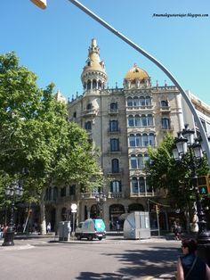 Edificio modernista en la esquina del Paseo de Gracia con la plaza Cataluña. Barcelona.