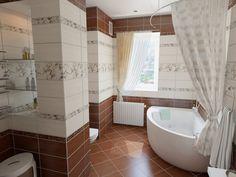 Большая совмещенная ванная комната с угловой ванной в теплых бежевых тонах. #дизайн_ванной #угловая_ванна #совмещенная_ванная_комната