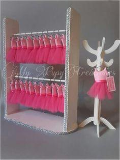 Idea para souvenirs baby shower niña. Vestidos con percherito en porcelana fria