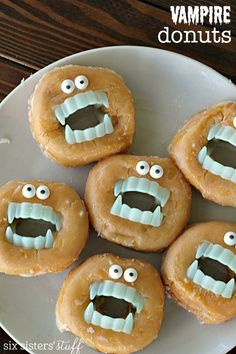 Vampire Donuts - a fun treat idea for a Vampirina Party! Vampire teeth and candy eyes take donuts to a whole new level! Halloween Donuts, Halloween Dishes, Halloween Party Themes, Halloween Treats, Fall Halloween, Halloween Graveyard, Halloween Bottles, Halloween Favors, Halloween Inspo