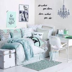 28. Modelo de quarto tumblr lindo em tons de branco e verde água com adesivos e tipografia na parede
