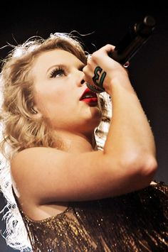 """Taylor Swift singing """"Sparks Fly"""" at the Speak  Now Tour"""