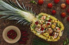 L'insalata con gamberi nell'ananas è un'idea fresca che trasforma l'insalata classica in una pietanza gustosa, aromatizzata all'erba cipollina e menta