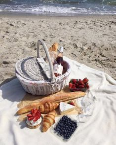 Beach picnic and white basket picnic on the beach, beach picnic foods, summer picnic Picnic Date, Summer Picnic, Picnic On The Beach, Beach Picnic Foods, Family Picnic, Little Lunch, Romantic Picnics, Romantic Dinners, Festa Party