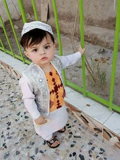 baby u......so cute Cute Little Baby, Cute Baby Girl, Cute Boys, Cute Babies, Baby Boy Photos, Cute Baby Pictures, Cute Kids Fashion, Baby Boy Fashion, Beautiful Children