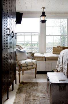 En gammel lanterne, en gustaviansk stol og gamle skap setter stemningen i det komfortable soveværelset.