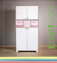 Ideales Zuhause für alle Anziehsachen. Kann mit Aufbewahrungsboxen (30x30x30 cm) ausgestattet werden, dahinter ist ein Geheimfach: Mit 2 (beim 4-Türer) oder 3 (beim 6-Türer) Kleiderstangen aus massiver Birke.