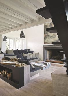 Le salon de la maison de campagne d'Amanda Sthers. Plus de photos sur Côté Maison : http://bit.ly/1IZRcNc