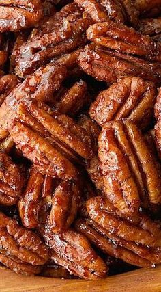 These Sweet and Spicy Maple Pecans are the most deliciously addicting snack, salad topper, cocktail nibble ever! Appetizer Recipes, Snack Recipes, Cooking Recipes, Snacks, Appetizers, Candied Pecans Recipe, Candied Nuts, Spiced Pecans, Macaroons