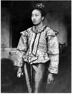 Sao Nang (Princess) Vaendip was born married the Sawbwa (king) of Hsenwi. Old Pictures, Old Photos, Burma Myanmar, Royal Tiaras, Evolution Of Fashion, Extraordinary People, Exotic Women, Asian History, Mandalay