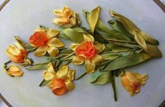 Весна — это всегда встреча с чудом. Оживающая природа, голоса птичек,первые весенние цветы, нажность, трепетность, ликование. Эти чувства охватывают сердце, когда смотришь на вышитые цветы, они кажутся живыми! И хоть некоторым вышивкам много лет — я нашла их на странице собирателей винтажных нежностей, но они смотрятся современно, а некоторые из них, на мой взгляд, были вышиты недавно, на винтажных тканях.