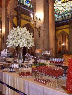 Mesas de dulces para tu Boda. Now, that is a beautiful designed Dessert Table.