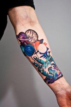 Martyna Popiel é uma ilustradora e tatuadora que se inspira muito no universo, no cosmos. São planetas, galáxias e até animais para criar suas composições.