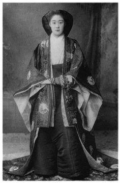 水戸徳川侯爵家 その1 : 直球感想文 和館     Mariko Watanabe, Maruyuki Mito.  She is dressed in junihitoe.