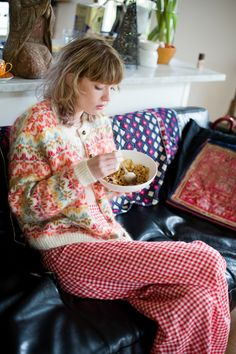 Red and green fair isle cardie with polka dot pyjama bottoms Cozy Fashion, Pink Fashion, Fair Isle Pullover, Hand Knitting, Knitting Patterns, Sleep Sense, Cardigan Design, Beautiful Color Combinations, How To Purl Knit