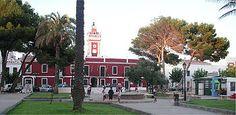 Menorca Villacarlos - Plaza de la Explanada y Ayuntamiento de Es Castell.