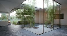 Discover amazing courtyard designs from all over the world, with indoor trees, outdoor furniture and lighting, retractable walls, patios and atrium ceilings. Indoor Zen Garden, Indoor Courtyard, Modern Courtyard, Courtyard Design, Internal Courtyard, Courtyard House, Bamboo Garden, Modern Patio, Indoor Greenhouse