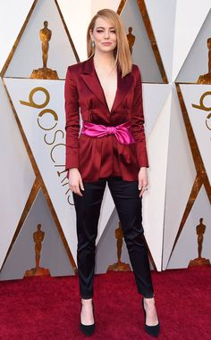 Emma Stone in custom Louis Vuitton red silk jacket, pink belt, and black trousers on red carpet at anniversary 2018 Oscars Academy Awards Emma Stone Style, Emma Stone Street Style, Red Carpet Hair, Red Carpet Dresses, Red Carpet Looks, Hollywood Fashion, Celebrity Outfits, Celebrity Look, Estilo Emma Stone