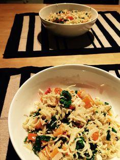 Kaapin jämät -noodeli. Taikuri itsekin yllättyi, miten hyvää tuli. Kuullota valkosipulia, chiliä, inkivääriä, lisää pilkotut porkkanat, paistele, lisää pieneksi leikattu lehtikaali sekä papriks ja jäiset katkaravut, paistele tovi, lisää keitetty riisinoodeli. Semoita joukkoon maaplhkinävoista (n. 2rkl), soijasta (1rkl), kalakastikkeedts (1rkl) ja vedestä (n. 1-2rkl) tehty kastike ja purista vielä koko sotkun joukkoon lime. Kasviksethan ja proteiini voi olla mitä kaapista sattuu löytymään.