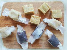Masło orzechowe i tahini to dwa składniki, które zawsze mam w kuchni. W dzisiejszym wpisie znajdziecie dwa przepisy na pyszne słodycze bez cukru – karmelki kokosowe i czekoladowe. Trudno mi zdecydować, które z tych słodkich cukierków lubię bardziej – obie wersje są przepyszne i bardzo proste do zrobienia. Inspiracją do zrobienia karmelków czekoladowych był przepis niezastąpionej Elli z książki Smakowita Ella. Ella w przepisie używa masła migdałowego, ja zaś zamieniłam je na domowe masło z…