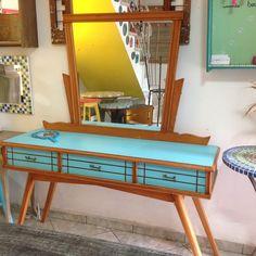Esta penteadeira é dos anos 60, e foi um dos móveis que mais ameu customizar! Muito amor envolvido!
