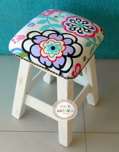 Sillita tapizada Cool Furniture, Painted Furniture, Diy Room Decor, Wall Decor, Diy Stool, Modern Stools, Indian Home Decor, Wood Toys, Projects To Try
