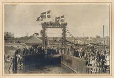 Bearbejdet version af foregående billede. HAK I VESTRE MOLEKANT. Ved færgelejets indvielse i 1943 sad tilskuerne på rundingen ved indhakket i vestre molekant. Fra Mia Gerdrups arkiv.