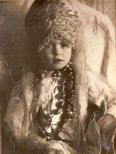 Девочка в кокошнике Юрьевец, Ивановская обл. Фото А.В.Цареградского., 1926-1927