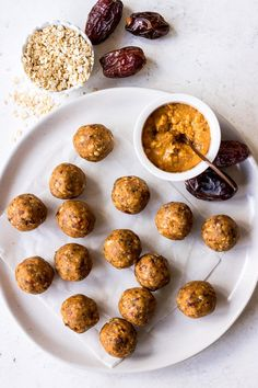 Delicious PEANUT BUTTER DATE ENERGY BALLS made with NO FOOD PROCESSOR! Medjool dates, crunchy peanut butter, chia seeds and oats make the best healthy snack. Vegan friendly. #healthysnacks #energyballs #proteinballs #blissballs Healthy Snacks For Kids, Vegan Snacks, Easy Snacks, Yummy Snacks, Yummy Food, Yummy Treats, Vegan Recipes Easy, Snack Recipes, Medjool Dates