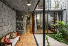 Casa Mipibu is a multistorey house in a long and narrow ground in Sao Paulo, designed by Brazilian architecture firm Terra e Tuma. Interior Garden, Interior And Exterior, Terra E Tuma, Haus Am Hang, Concrete Block Walls, Compact House, Café Bar, Narrow House, Industrial House