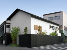 Modern residence in Chikugo Yoshii Town. Arch House, Facade House, House Front, Small Modern Home, Modern Tiny House, Facade Design, Exterior Design, House Design, Minimalist Architecture