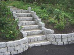 Bilderesultat for ideer for flatt garasjetak 140 kvadratmeter Backyard Walkway, Garden Stairs, Front Walkway, Backyard Garden Design, Backyard Retreat, Backyard Landscaping, Brick Walkway, Outdoor Steps, Sloped Garden