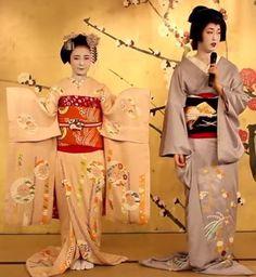 Le simple kimono aux manches plus courtes avec un obi plus court de la geiko contraste avec celui, plus élaboré, de la maiko