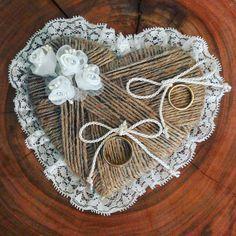 Porta alianças em formato de coração, estilo rústico, artesanal. Feitos por mim exclusivamente para o meu casamento. Mariana schunck