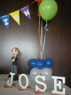 Centro de globos, fafucha personalizada y el nombre del comuniante en letras de madera, para su Mesa Dulce!