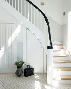 20 entréer: Find inspiration til din entré Entry Stairs, House Stairs, Front Hallway, Sas Entree, Ikea, Modern Entryway, Herringbone Tile, Bench With Shoe Storage, New Home Construction